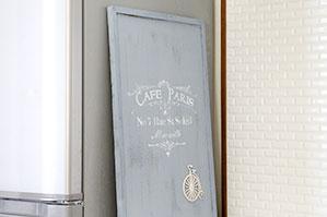 一度塗りペイントとステンシルで冷蔵庫のメモをすっきりみせるアイデア