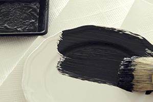 「グラファイト」カラーで不要なお皿をペイントしてインテリア活用