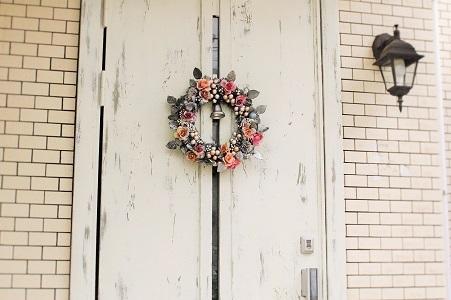 「オールドホワイト」「シャトーグレー」2色使いの素敵なドアリメイク 普通のドアがシャビーシックに【藤村様】