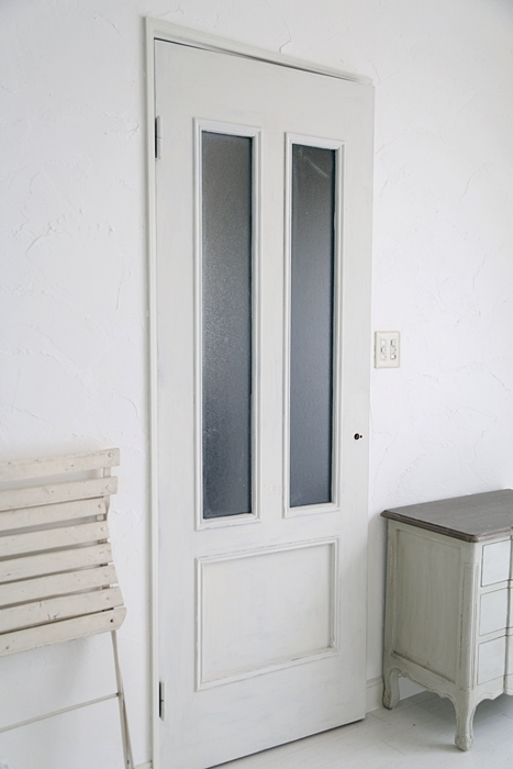 「オールドホワイト」でドアを塗り塗りDIYがお得意フォトスタイリスト「吉田タマエ」さん