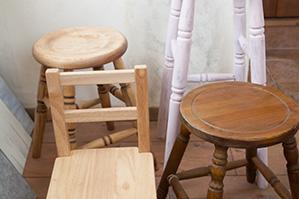 6月24日写真撮影用ボードワークショップ材料に椅子いろいろ追加しました。
