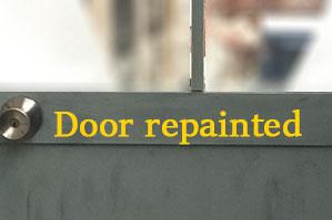 事務所ドア(ステンレス)もアニーで塗れば、別世界。ドアの塗替えはインテリア替の代表格