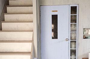 最近、「ダックエッグブルー」と「ルイブルー」の色目で迷う人が続出、チェリビのドアで比較説明しました。