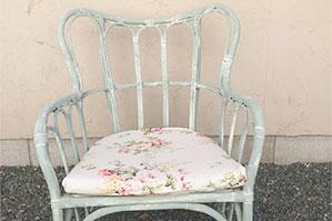 売れ残ったきつい色目の椅子をリペイントして別物に、アップサイクル最高!